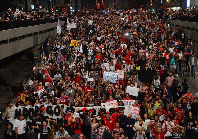 Manifestantes pedem novas eleições durante ato na Paulista
