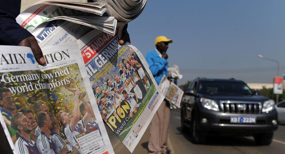 Um homem vende jornais em uma rua de Nairóbi em 14 de julho de 2014