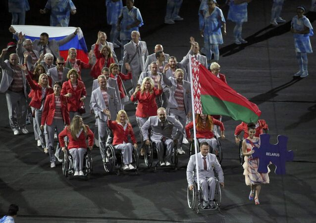 Bielorrússia desfila com bandeira russa na abertura das Paralimpíadas