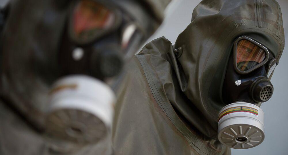 Funcionários da GEKA em instalação de eliminação de armas químicas em Munster, Alemanha
