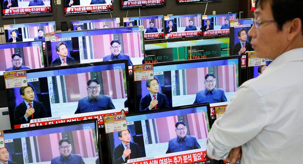 Vendedor em Seul assiste notícia sobre teste nuclear realizado pela Coreia do Norte, 9 de setembro de 2016