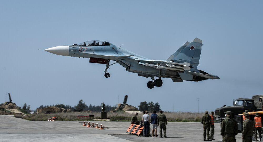 Caça da Força Aeroespacial russa Su-30SM decola da base aérea de Hmeymim, Síria, junho de 2016
