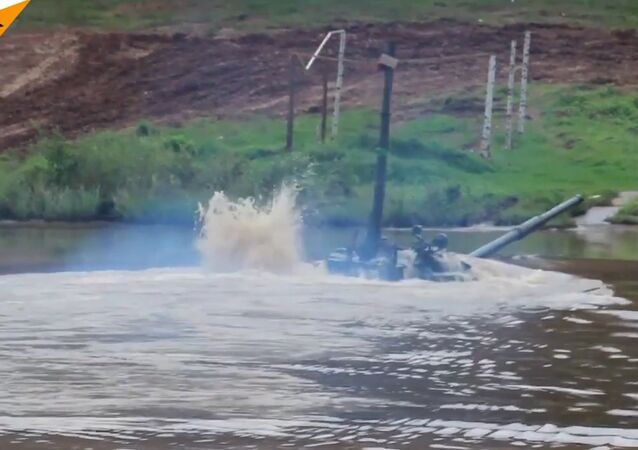 Imparável tanque russo T-72 mergulha na água