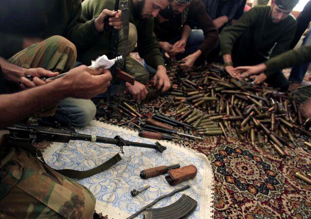 Exército Livre da Síria checando munições nos arredores de Aleppo, na Síria
