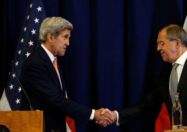 Ministro das Relações Exteriores da Rússia Sergei Lavrov e Secretário de Estado dos EUA Jogn Kerry durante conferência de imprensa em Genebra