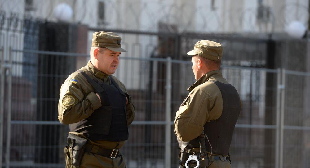 Funcionários do serviço da seguraça perto da embaixada russa em Kiev, 18 de setembro de 2016