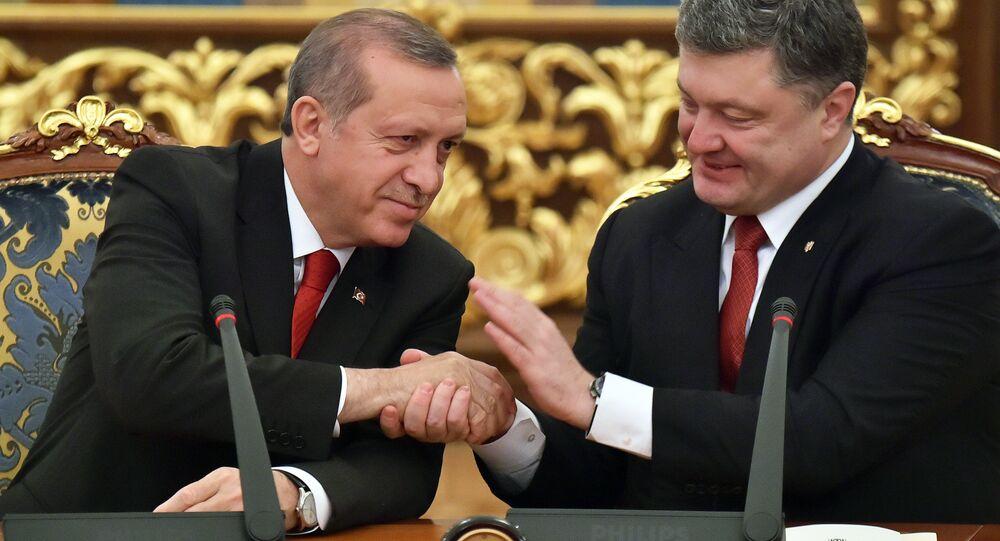 Presidente turco, Recep Tayyip Erdogan, com seu homólogo ucraniano, Pyotr Poroshenko, Kiev, 20 de março de 2015
