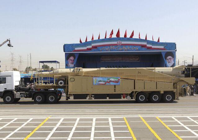 Caminhão militar levando míssil iraniano Sejil durante desfile militar em Teerã, Irã (imagem de arquivo)