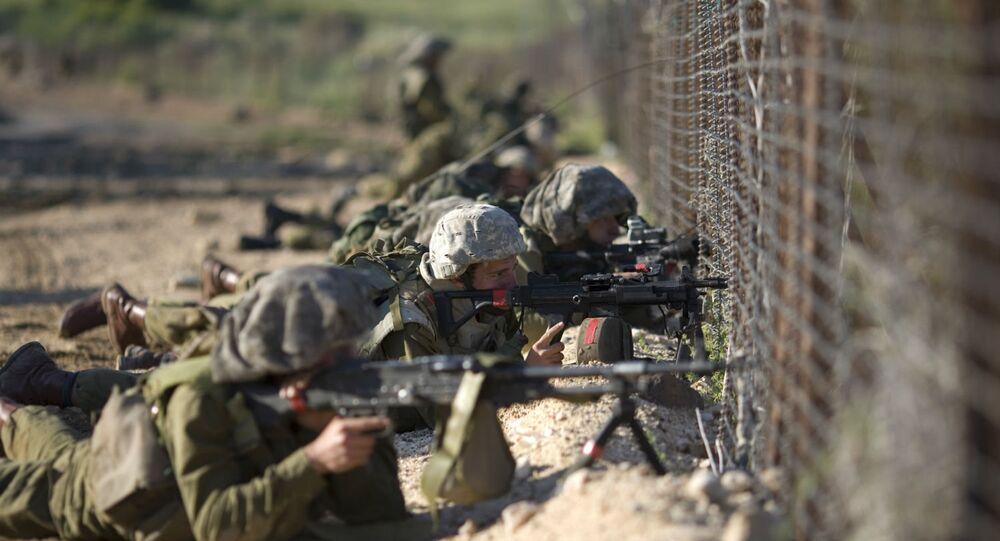 Soldados israelenses monitoram a fronteira Israel–Síria (foto de arquivo)