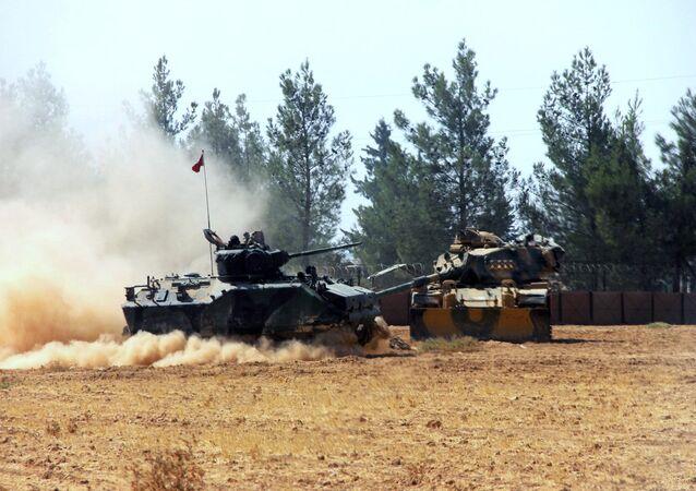 Tanque turco durante uma operação perto da fronteira com a Síria