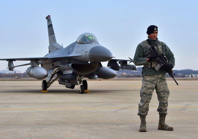 Militar norte-americano na base aérea de Osan na Coreia do Sul, 1 de janeiro de 2016