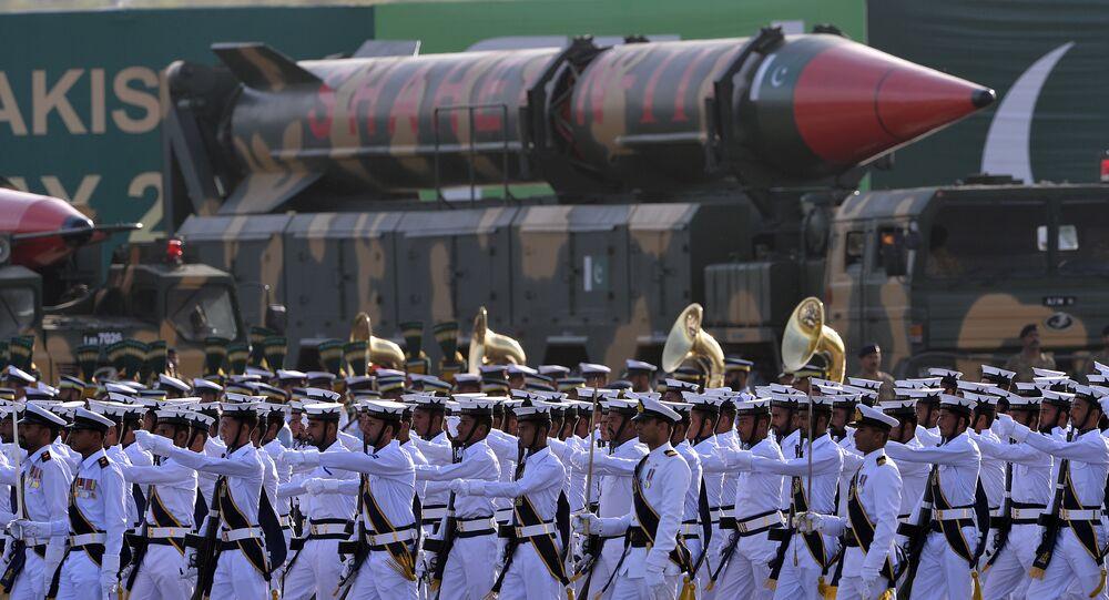 Soldados em frente de míssil balístico paquistanês de longo alcance Shaheen III durante desfile militar, 23 de março de 2016