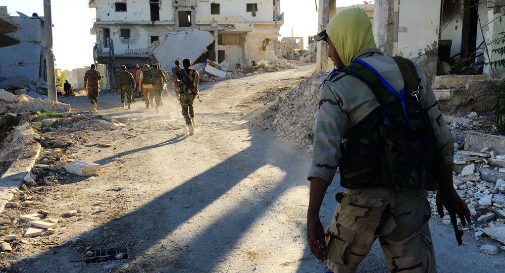 Combatentes da milícia no campo dos refugiados palestino de Handarat no sudeste de Aleppo liberada dos terroristas, Síria