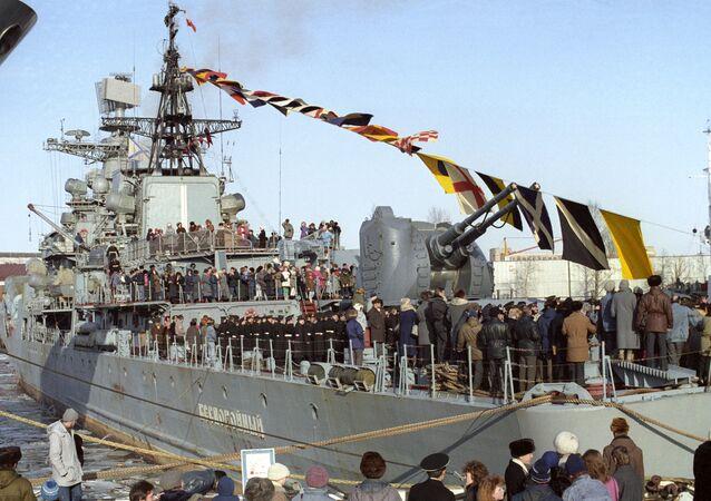 Hasteamento da bandeira a bordo do destróier russo Bespokoiniy