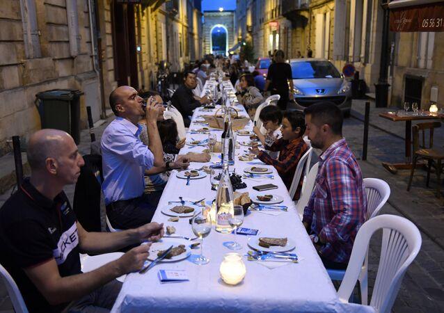 População de Bordeaux degusta de um belo banquete regado a muito vinho