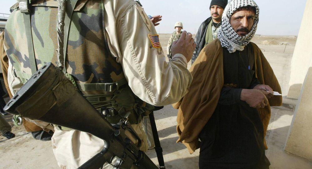 No Iraque soldado americano verifica ID do iraquiano - foto de arquivo de 2003