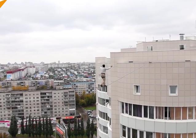 Russo realiza passeio perigoso sobre corda