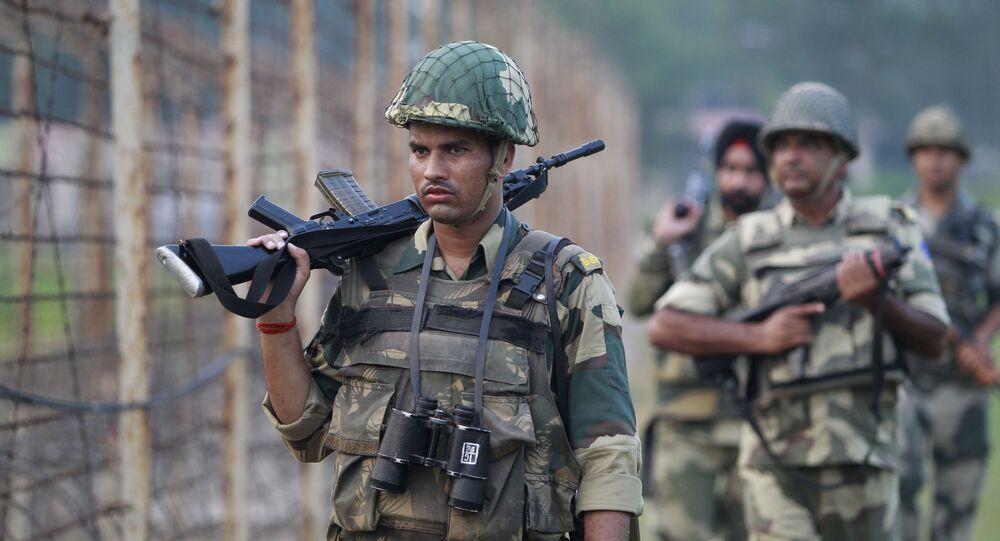Forças de segurança indianas atuando na fronteira entre Índia e Paquistão (foto de arquivo)