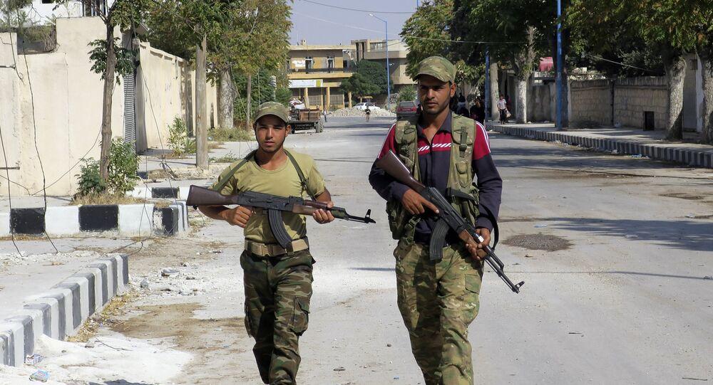 Dois soldados do Exército Livre da Síria patrulham a cidade de Jarablus em 31 de agosto de 2016