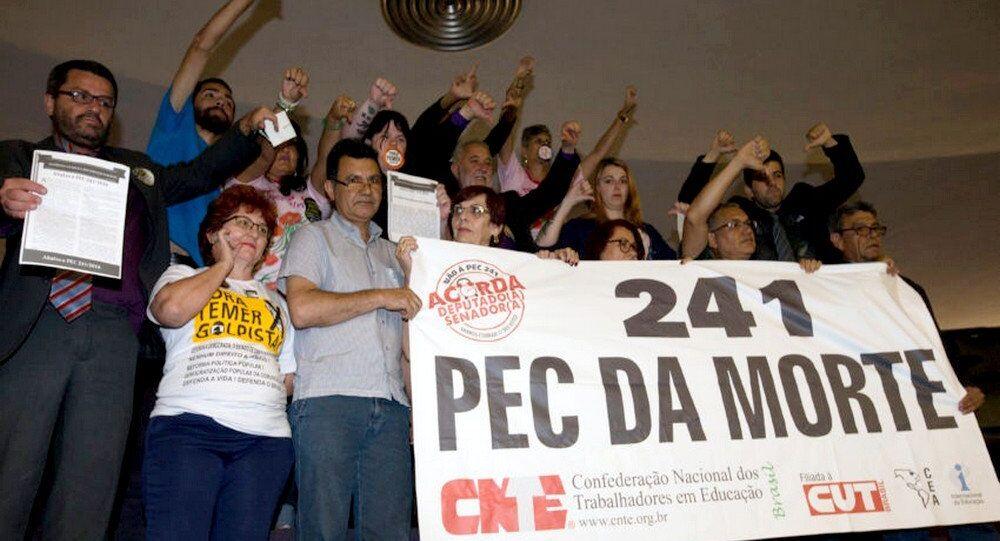 Durante a votação muitas manifestações contra a PEC 241 nas galerias da Câmara