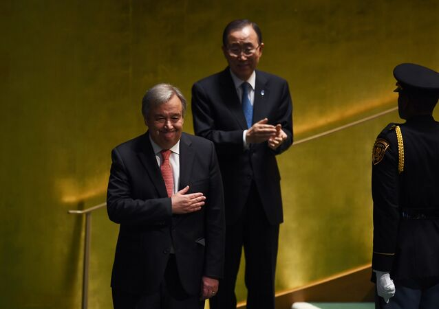 Novo secretário-geral da ONU, António Guterres, e o secretário-geral da Organização atual, Ban Ki-moon, na cerimônia de designação do principal responsável da ONU, Nova York, EUA, 13 de outubro de 2016