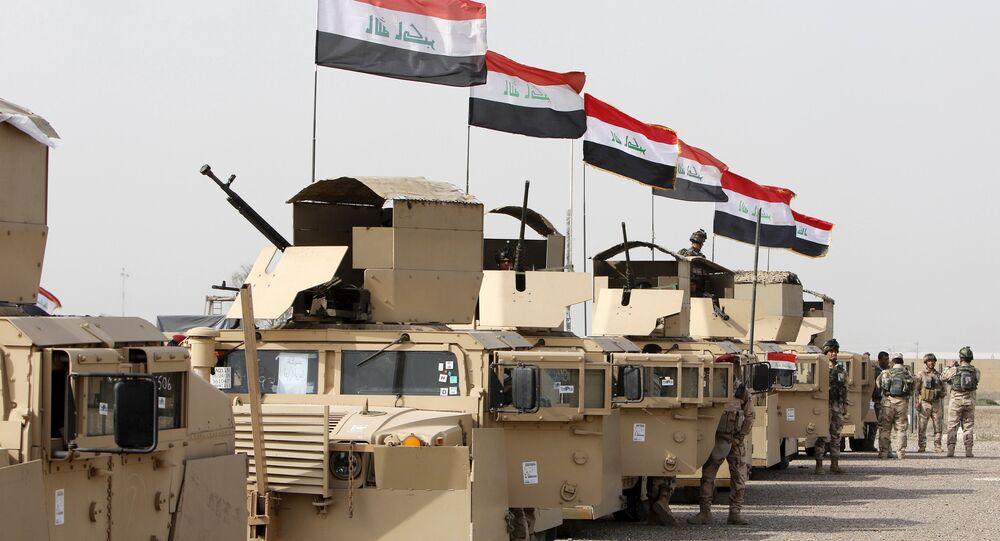 Militares iraquianos estão a caminho de Mossul para combater os militantes do Daesh em Campo Taji em Bagdá, 21 de fevereiro de 2016
