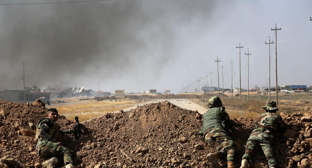 Um grupo de forças curdas observa desde um esconderijo a paisagem da aldeia de Khazer, a 30 km de Mossul, capital iraquiana do grupo terrorista Daesh