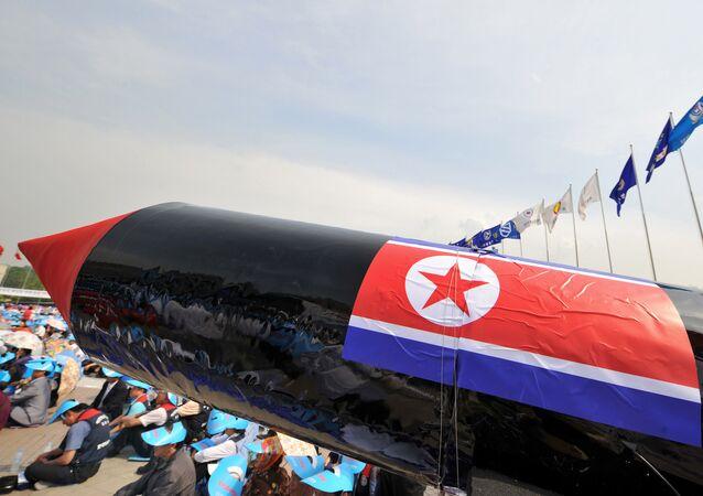 Imitação de um míssil norte-coreano é exibida durante uma manifestação em Seul denunciando o teste nuclear da Coreia do Norte e seus lançamentos de mísseis