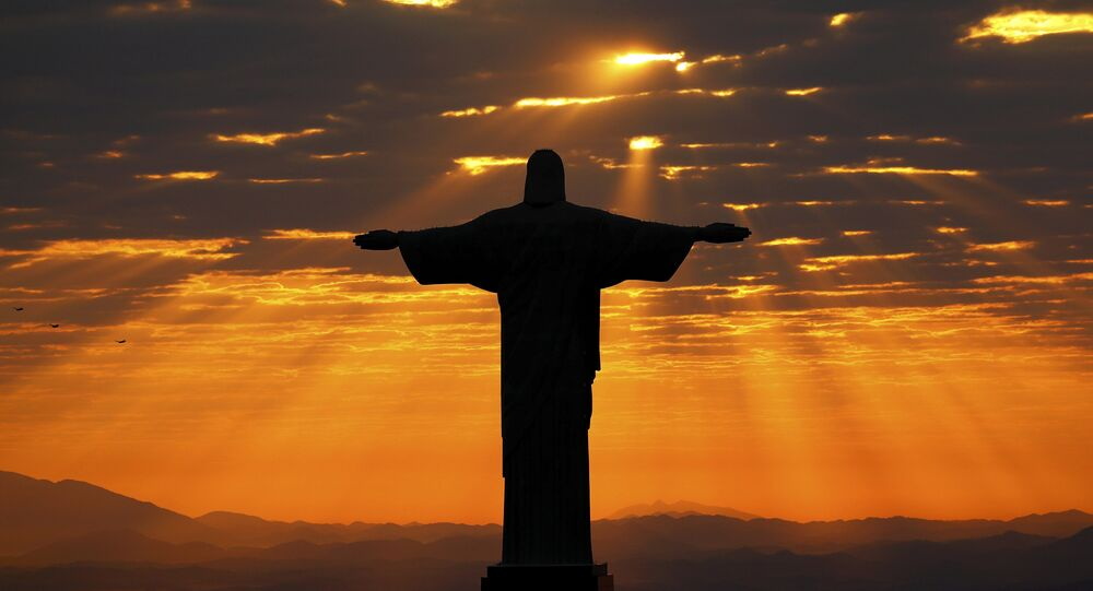 Cristo Redentor durante o nascer do sol no Rio de Janeiro, Brasil