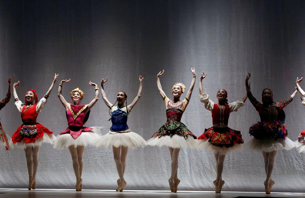 Bailarinas dançam durante a cerimônia de abertura do concurso Miss Internacional 2016