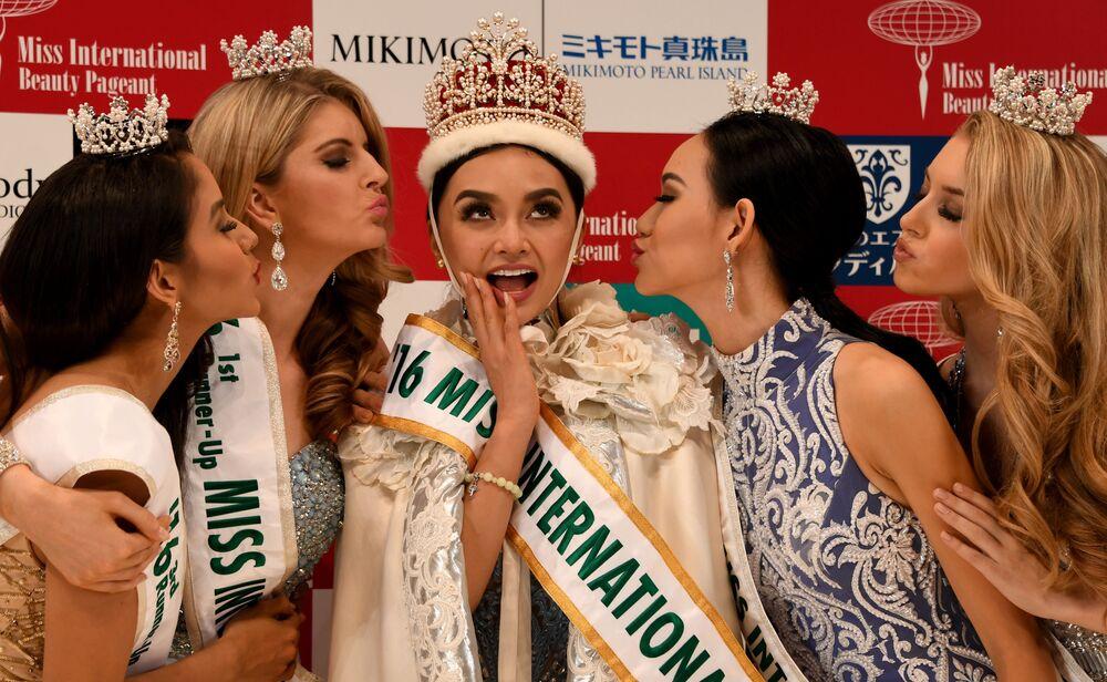 A recentemente eleita Miss Internacional 2016 Kylie Verzosa é beijada por Miss Nicarágua Brianny Chamorro, Miss Austrália Alexandra Britton, Miss Indonésia Felicia Hwang e Miss EUA Kaitryana Leinbach