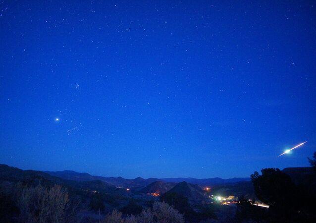 Bola de fogo em céu neturno (imagem referencial)