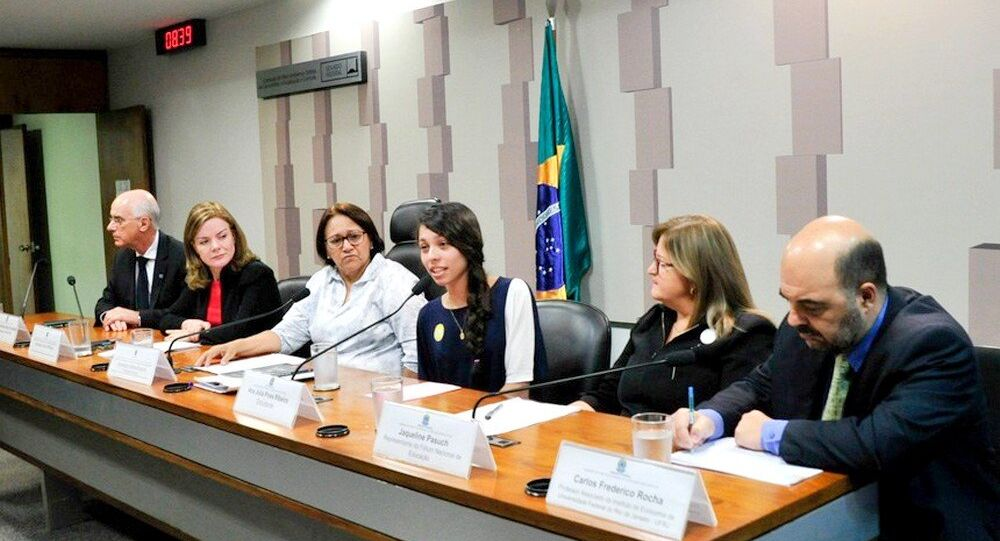 Debate  PEC dos Gastos sobre a educação foi coordenado pela senadora Fátima Bezerra (PT-RN), ao lado da estudante Ana Julia