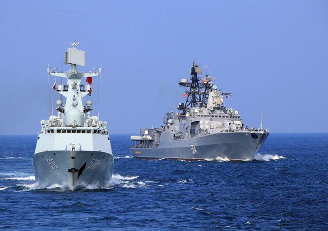 Navio chinês Huangshan, à esquerda, ao lado do navio antissubmarino russo Almirante Tributs