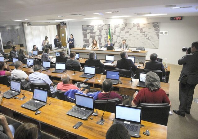 Professora Esther Dweck; senadora Gleisi Hoffmann (PT-PR); presidente do Cofecon, Julio Miragaya em debate no Senado sobre a PEC 55