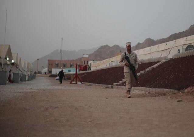 Um militar estadunidense patrulha uma base dos EUA perto do aeroporto de Aqaba, situada ao sul de Amman, capital da Jordânia