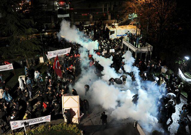 Polícia turca usando gás lacrimogêneo para dispersar manifestantes (foto de março de 2016)