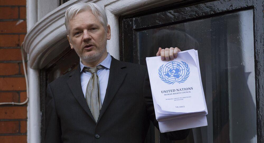Julian Assange se dirige aos jornalistas e manifestantes na Embaixada do Equador em Londres