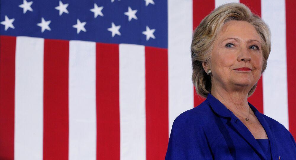 Presidenciável democrata Hillary Clinton ouve enquanto ela é anunciada em um comício de campanha em Las Vegas, em Nevada, EUA, em 2 de novembro de 2016