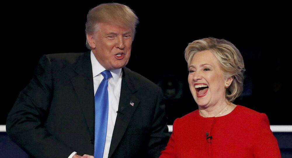Presidenciável republicano Donald Trump (à esquerda) junto com a presidenciável democrata Hillary Clinton (à direita)