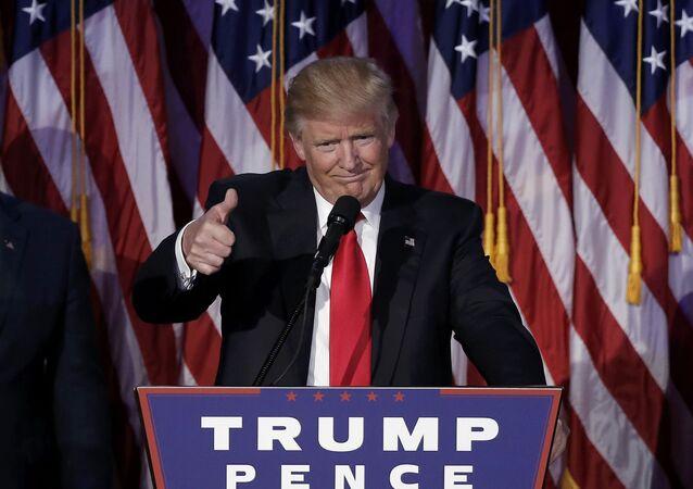Presidente eleito dos EUA, Donald Trump, cumprimenta os seus apoiantes em Manhattan, Nova York, em 9 de novembro de 2016