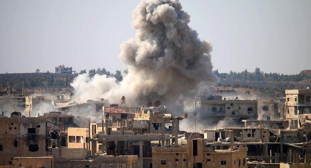 Fumaça liberada em ataque aéreo realizado pelas forças do governo sírio numa região da província de Daraa tomada por rebeldes, sul da Síria, 26 de outubro de 2016