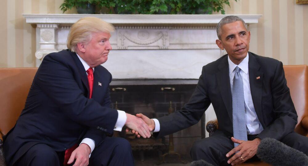Presidente dos EUA Barack Obama e presidente eleito Donald Trump apertam as mãos durante uma reunião de planejamento de transição no Salão Oval da Casa Branca, 10 de novembro de 2016