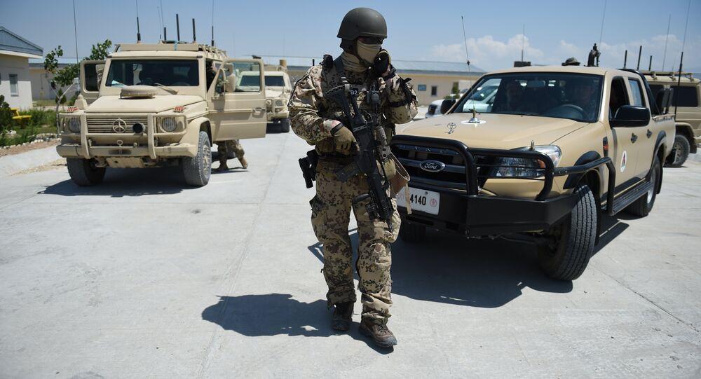 Soldado alemão da coalizão da OTAN está de guarda no centro de treinamento de Mazar-i-Sharif, abril de 2016