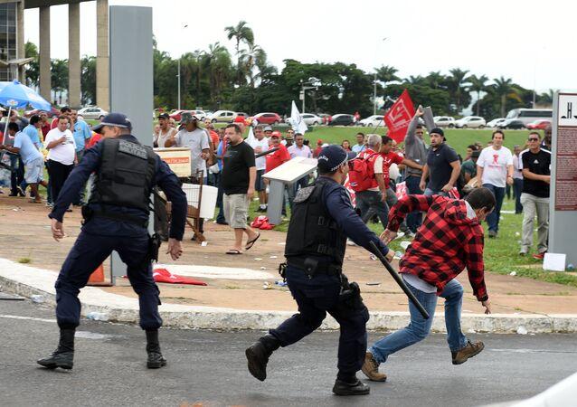 Polícia entra em confronto com integrantes da CUT em Brasília
