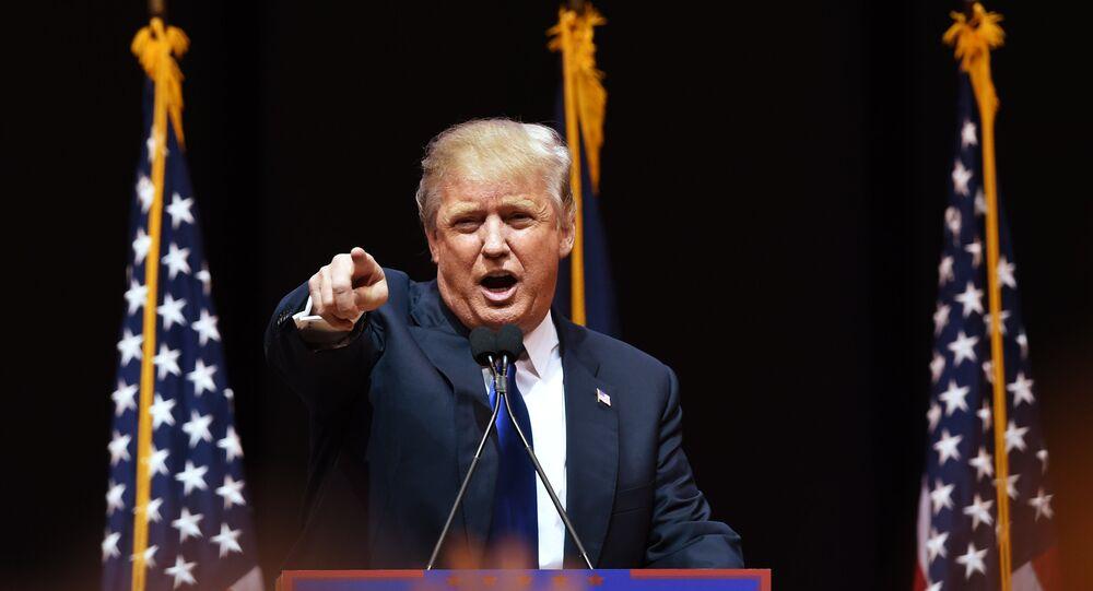 Trump falando ao público em 8 de fevereiro de 2016