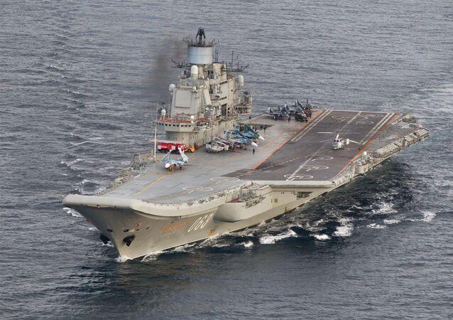 Porta-aviões russo Admiral Kuznetsov durante uma missão