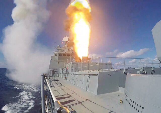 Fragata Admiral Grigorovich dispara mísseis Kalibr contra alvos terroristas na Síria (foto de arquivo)