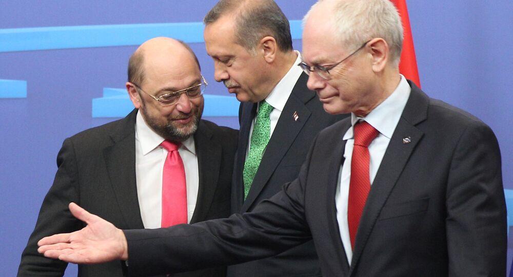 Da direita à esquerda: o presidente do Conselho Europeu, Herman Van Rompuy, o presidente da Turquia, Recep Tayyip Erdogan, e o presidente do Parlamento Europeu, Martin Schulz, são vistos antes do início de um encontro em Bruxelas em 21 de janeiro de 2014