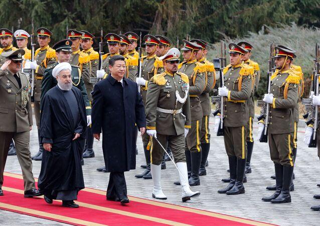 Presidentes iraniano e chinês Hassan Rouhani e Xi Jinping fazem uma revisão de tropas durante a cerimônia em Teerã, Irã, janeiro de 2016